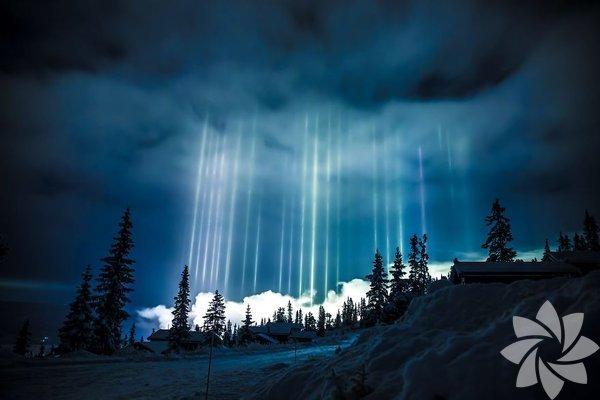 Kuzey ülkelerinde gökyüzünde tuhaf renkli ışıklar görmek çok da şaşılacak bir durum değil.