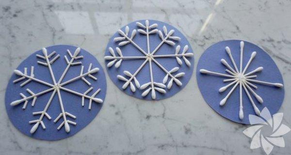 Kulak çubuklarını kullanarak farklı desenlerde kar taneleri yapabilirsiniz. Bir iple alt alta dizerek kornişlerinize takıp camlarınızı süsleyebilirsiniz.