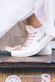 Topuklu ayakkabı sevmeyen gelinler için şık sneakerlar
